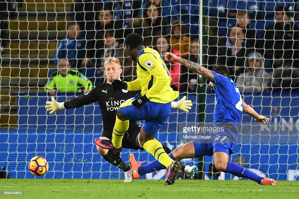 Romelu Lukaku of Everton scores his team's second goal during the Premier League match between Leicester City and Everton at The King Power Stadium on December 26, 2016 in Leicester, England.