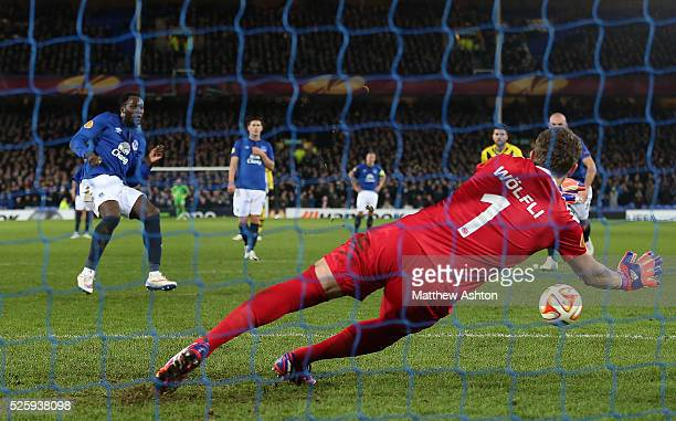 Romelu Lukaku of Everton scores the equalising goal from the penalty spot