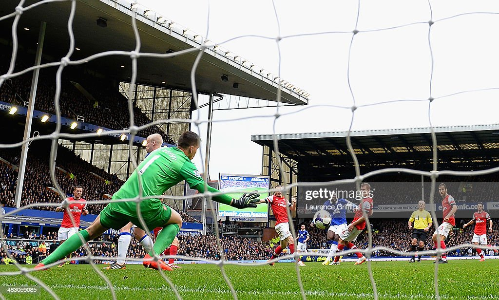 Romelu Lukaku of Everton scores the second goal during the Barclays Premier League match between Everton and Arsenal at Goodison Park on April 6, 2014 in Liverpool, England.