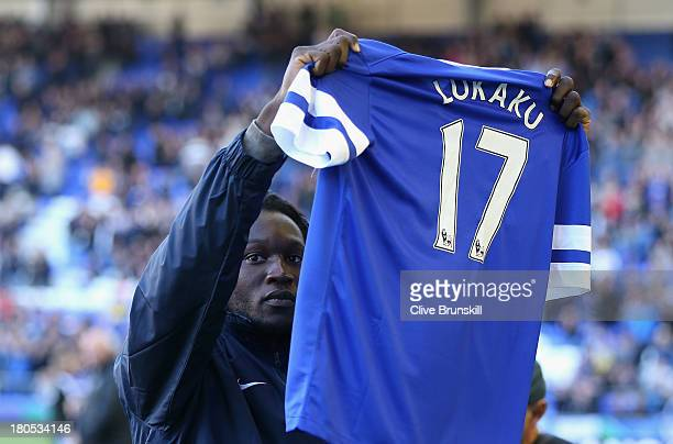 Romelu Lukaku of Everton waves to the crowd prior to the Barclays Premier League match between Everton and Chelsea at Goodison Park on September 14...