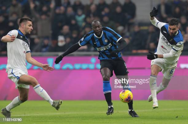 Romelu Lukaku of FC Internazionale competes for the ball with JoseÕ Luis Palomino and Berat Djimsiti of Atalanta BC during the Serie A match between...