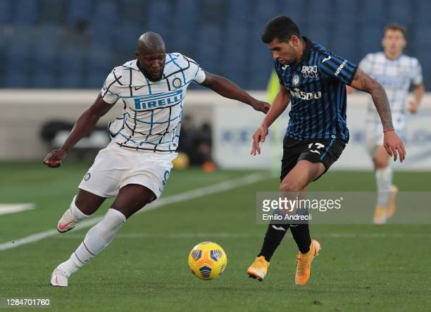 Romelu Lukaku of FC Internazionale competes for the ball with Cristian Romero of Atalanta BC during the Serie A match between Atalanta BC and FC...