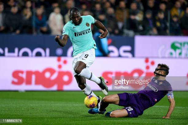 Romelu Lukaku of FC Internazionale is challenged by German Pezzella of ACF Fiorentina during the Serie A match between ACF Fiorentina and FC...