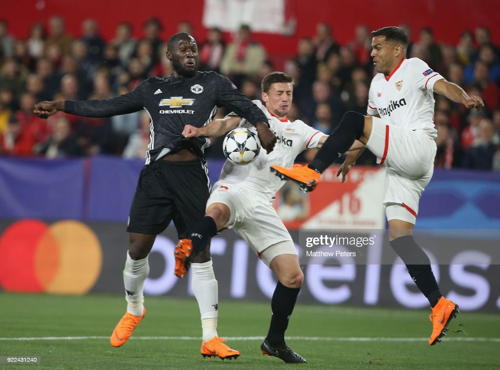 Romelu Lukaku of Manchester United in action with Clement Lenglet and Gabriel Mercado of Sevilla FC during the UEFA Champions League Round of 16 First Leg match between Sevilla FC and Manchester United at Estadio Ramon Sanchez Pizjuan on February 21, 2018 in Seville, Spain.