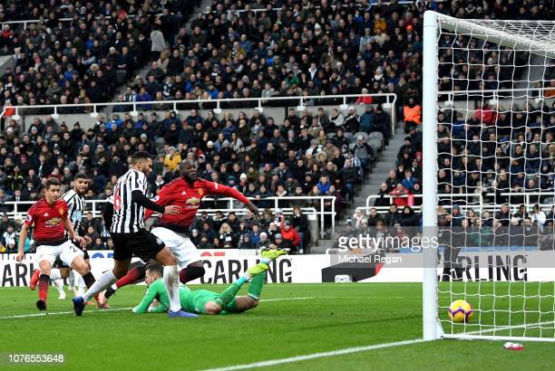 Romelu Lukaku of Manchester United scores his team's first goal during the Premier League match between Newcastle United and Manchester United at St...