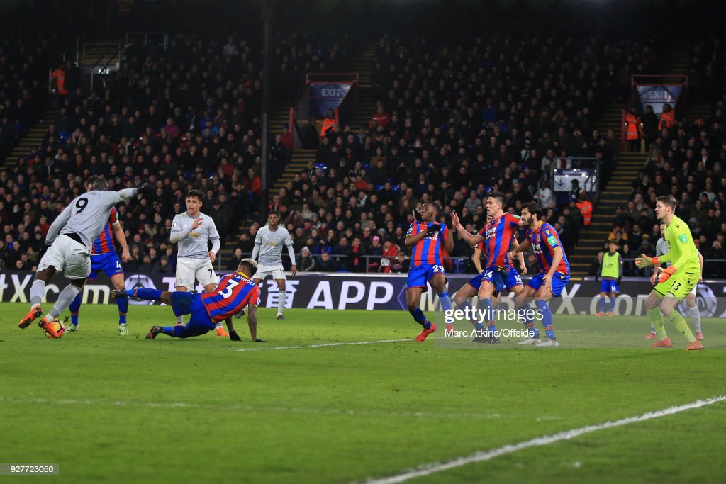 Romelu Lukaku of Manchester United scores their 2nd goal during the Premier League match between Crystal Palace and Manchester United at Selhurst Park on March 5, 2018 in London, England.