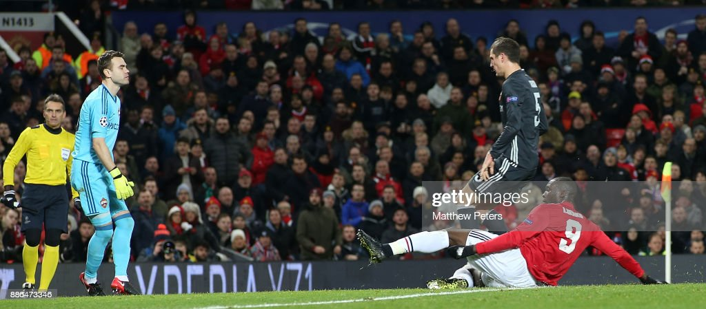 Romelu Lukaku of Manchester United scores their first goal during the UEFA Champions League group A match between Manchester United and CSKA Moskva at Old Trafford on December 5, 2017 in Manchester, United Kingdom.