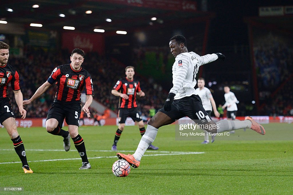 Romelu Lukaku shoots at goal during the The Emirates FA Cup Fifth Round match between AFC Bournemouth v Everton at the Vitality Stadium on February 20, 2016 in Bournemouth, England.