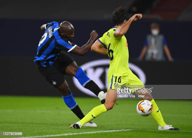 Romelu Menama Lukaku Bolingoli of FC Internazionale shoots on target against Xabier Etxeita of Getafe and scores the opening goal during the UEFA...