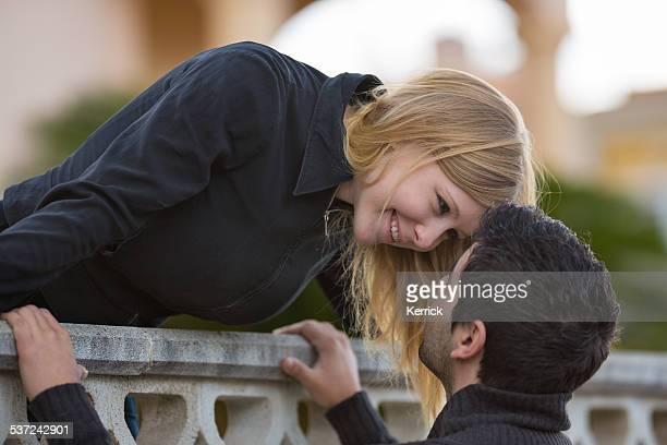 romeo y julieta-pareja en el balcón - romeo y julieta obra reconocida fotografías e imágenes de stock