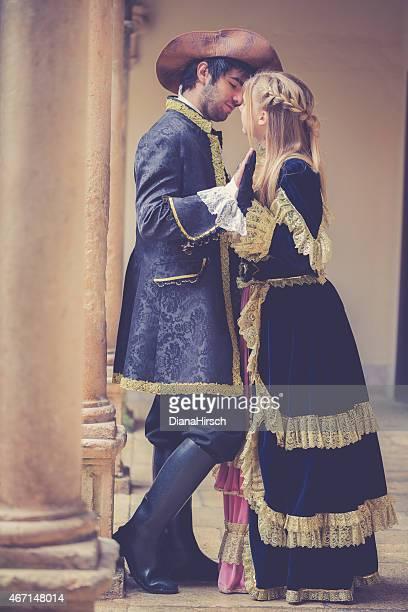 romeo and juliet con le mani sul balcone