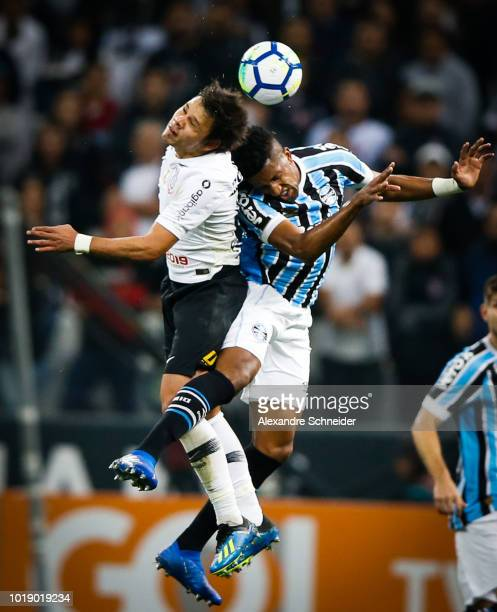 Romero of Corinthians and Cortez of Gremio in action during the match between Corinthians and Gremio for the Brasileirao Series A 2018 at Arena...