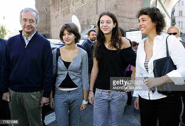 Rome's Mayor Walter Veltroni and candidate to lead the new Democratic Party , her daughters Martina , Vittoria and his wife Flavia pose after voting,...