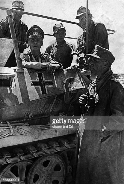 Rommel Erwin15111891Generalfeldmarschall DKommandeur Afrikakorps Feb41März43Generaloberst Rommel in seinem Befehlspanzerwagen vor Tobruk um den 19/