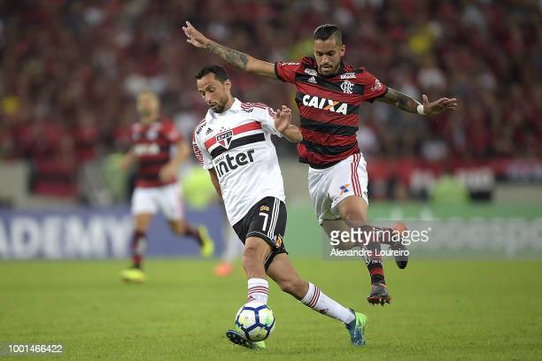 Romulo of Flamengo struggles for the ball with Nene of Sao Paulo during the match between Flamengo and Sao Paulo as part of Brasileirao Series A 2018...