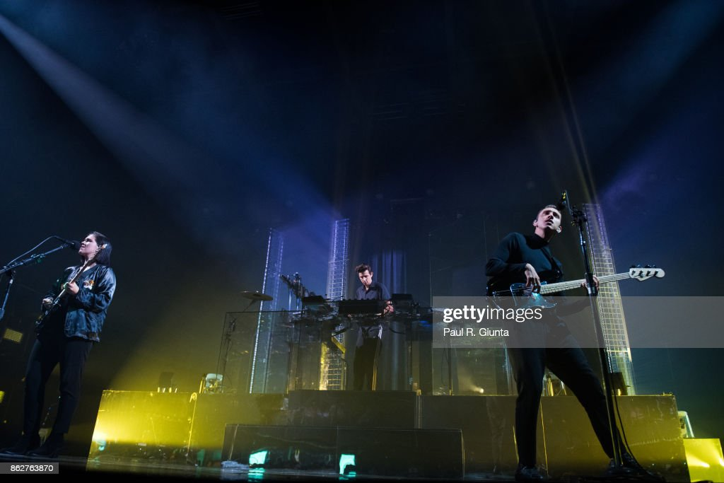 Romy Madley Croft (L) and Oliver Sim of The XX perform on stage at Coca Cola Roxy on October 17, 2017 in Atlanta, Georgia.