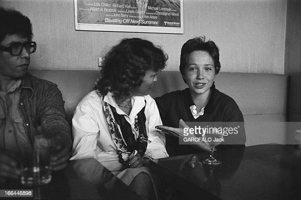 Romy Schneider And Her Son David David MEYEN 14 ans montrant de la main sa mère Romy SCHNEIDER tous deux assis à la buvette du studio de Boulogne où...