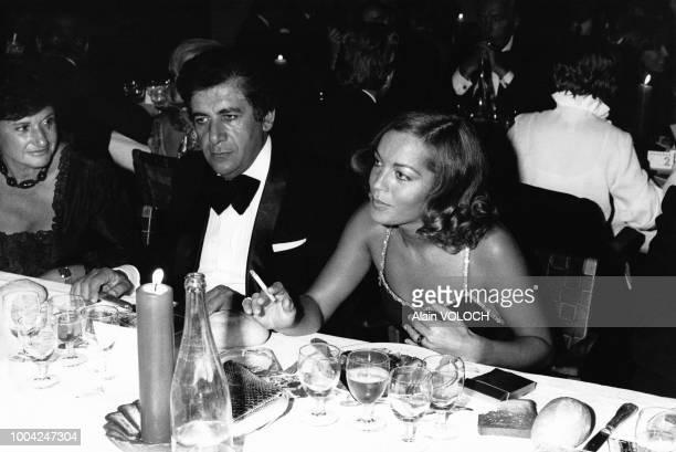Romy Schneider aux cotes de Mr Paltobedrossian le PDG du casino de CharbonniereslesBains lors de la remise du prix Jean Cocteau en septembre 1974 a...