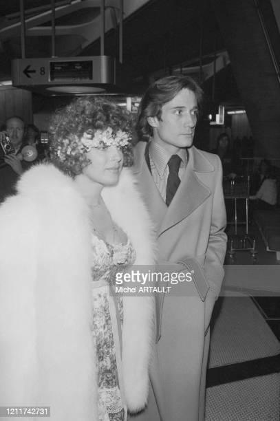 Romy Schneider et Daniel Biasini à leur arrivée à l'aéroport de Roissy en provenance de Berlin ou ils se sont mariés le 18 décembre 1975 France