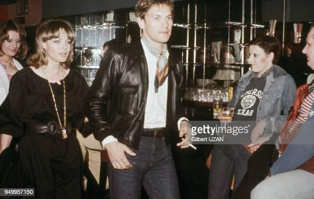 Romy Schneider et Helmut Berger lors d'une soirée, circa 1970, à Paris, France.