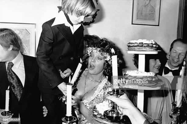Romy Schneider et son fils David lors de son mariage avec Daniel Biasini le 18 décembre 1975 à Berlin Allemagne