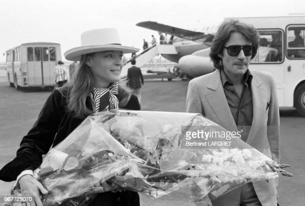 Romy Schneider et son mari Daniel Biasini arrivent à l'aéroport de Nice pour le Festival de Cannes le 16 mai 1978, France.