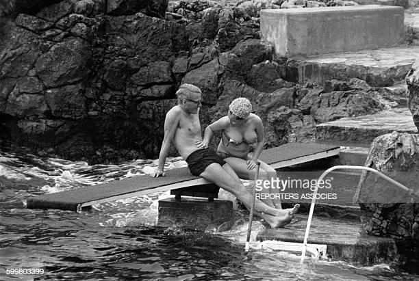 Romy Schneider et son époux Harry Meyen en maillot de bain au bord de la mer circa 1970