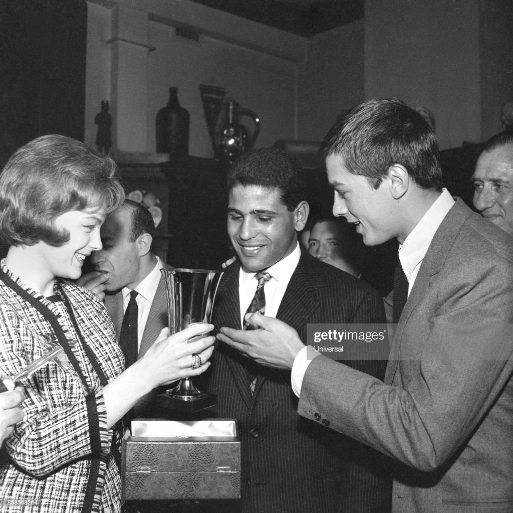 Romy Schneider give the cup of Dubonnet Oscars to the boxer Omrane Sadok. Romy Schneider, Omrane Sadok and Alain Delon 21st, April 1961