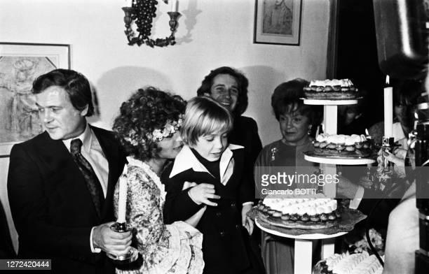 Romy Schneider le jour de son mariage avec Daniel Biasini, en compagnie de sa mère Magda et de son fils David, à Berlin-ouest le 18 décembre 1975.