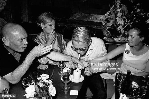Romy Schneider lors d'une soirée avec Yul Brynner et sa femme Doris Kleiner et Harry Meyen son époux circa 1960