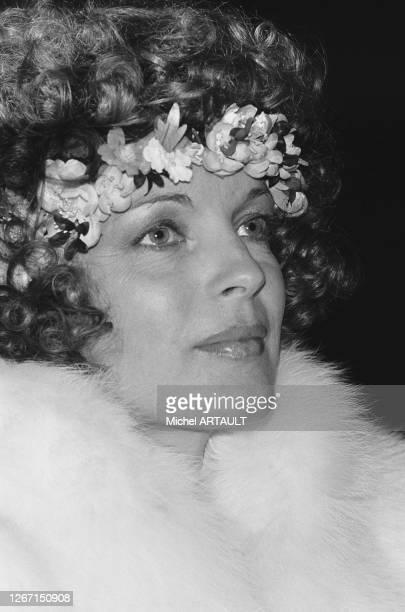 Romy Schneider à son arrivée à l'aéroport de Roissy en provenance de Berlin ou elle vient de se marier avec Daniel Biasini, le 18 décembre 1975,...