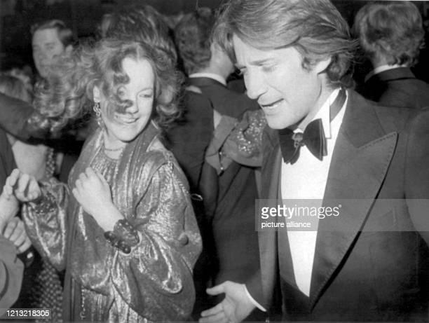 Romy Schneider und Daniel Biasini amüsieren sich am 15. Januar 1978 auf dem Deutschen Filmball in München. Schon als 17jährige hatte die...