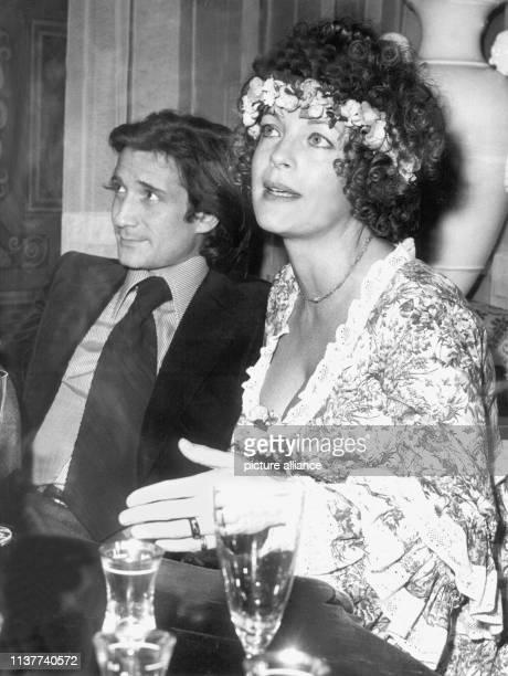 Romy Schneider und Daniel Biasini geben nach ihrer Hochzeit am 18 Dezember 1975 in Berlin eine Pressekonferenz Schon als 17jährige hatte die...