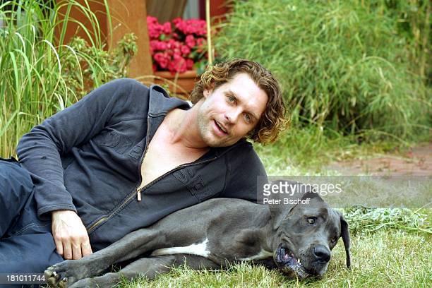 Ron Holzschuh Dogge 'Else' Homestory KölnEsch Schauspieler Garten Hund Haustier Trainingsanzug Promis Prominente Prominenter