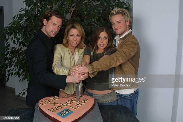 Ron Holzschuh Friederike Sipp Yvonne Burbach Dominic SalehZaki ARDSerie 'Verbotene Liebe' Köln Tortenfoto zur 2000 Folge Torte Torte anschneiden...