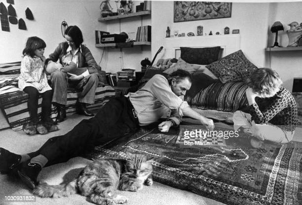 Ronald David Laing Scottish psychiatrist with wife Jutta nursing baby Max and children Adam and Natasha in the parlor of their basement flat in...