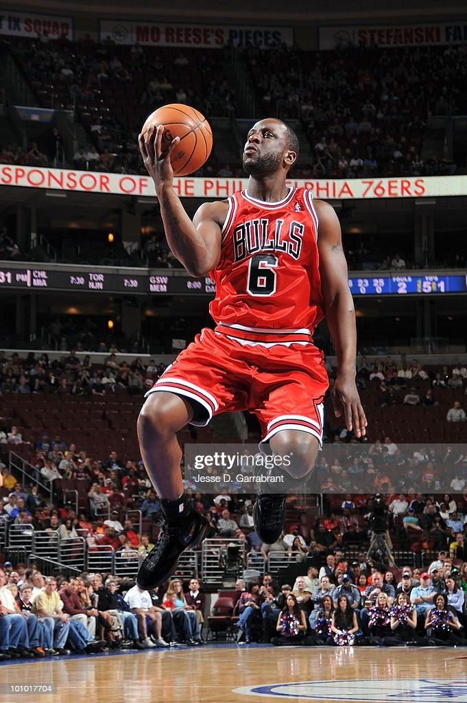 Ronald Murray #6 of the Chicago Bulls takes the ball to the basket against the Philadelphia 76ers during the game on March 20, 2010 at the Wachovia Center in Philadelphia, Pennsylvania. The Bulls won 98-84.