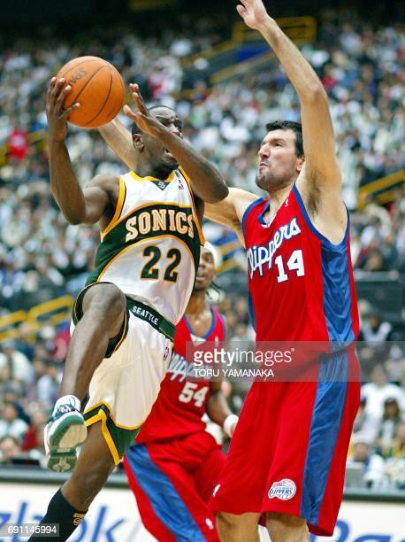 Ronald Murray of the Seattle SuperSonics jumps towards the basket as he battles with Predrag Drobnjak of the Los Angeles Clippers during their NBA...