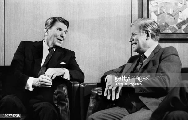 GERMANY BONN Ronald REAGAN Praesident der USA beim Besuch in Bonn mit Helmut SCHMIDT Bundeskanzler der BRD im Heckelzimmer des Bundeskanzleramtes