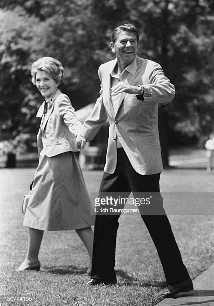 WASHINGTON Ronald REAGAN Praesident der USA mit Ehefrau Nancy beim Besuch von Helmut S C H M I D T in den USA