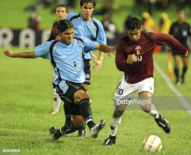 Ronald Vargas de la seleccion de Venezuela disputa el balon con Martin Rodriguez de la seleccion de Uruguay durante el partido jugado en Armenia el 2...