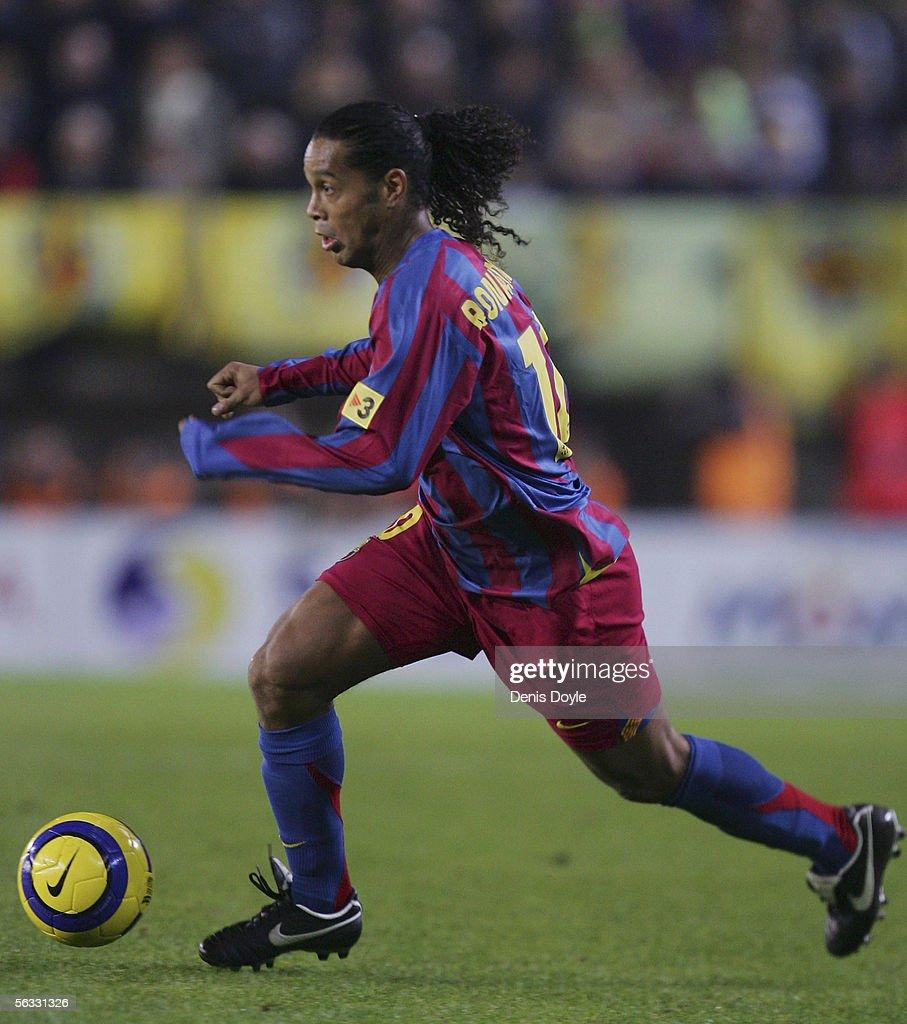 Ronaldinho of Barcelona dribbles the ball during the Primera Liga match between Villarreal and F.C. Barcelona on December 4, 2005 at the Madrigal stadium in Villarreal, Spain.
