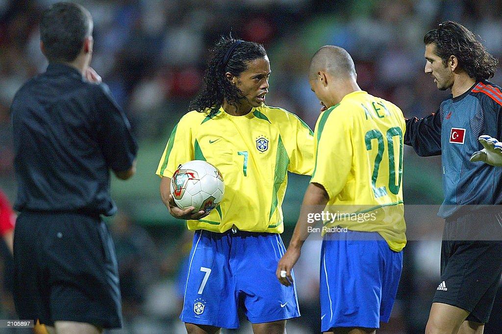 Ronaldinho argues with Recber : News Photo