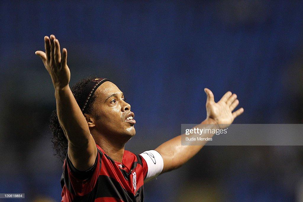 Flamengo v Coritiba - Serie A 2011 : News Photo