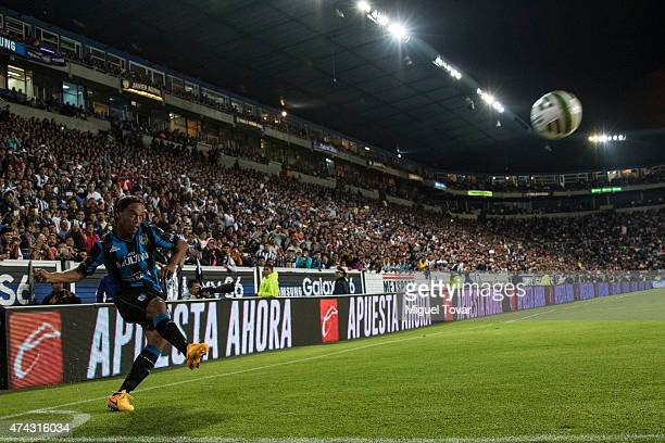 Ronaldinho of Queretaro kicks a corner during a semifinal first leg match between Pachuca and Queretaro as part of Clausura 2015 Liga MX at Hidalgo...