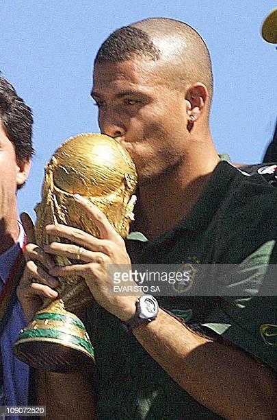 Ronaldo Nazario kisses the soccer championship Cup during a rally in the streets of Brasilia 02 July 2002 AFP PHOTO/EVARISTO SA El jugador Ronaldo...