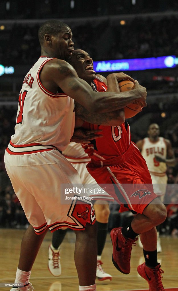Ronnie Brewer #11 of the Chicago Bulls forces a jump ball while grabbing Jeff Teague #0 of the Atlanta Hawks at the United Center on February 20, 2012 in Chicago, Illinois.