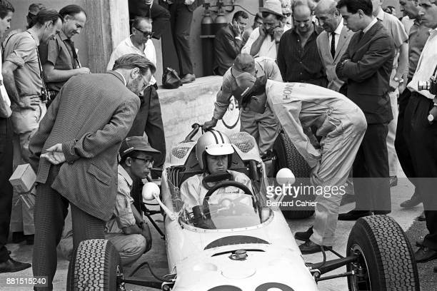 Ronnie Bucknum, Yoshio Nakamura, Dennis Jenkinson, Honda RA271, Grand Prix of Italy, Autodromo Nazionale Monza, 06 September 1964. Lots of attention...