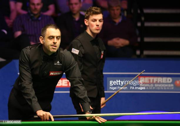 Ronnie O'Sullivan and James Cahill during day four of the 2019 Betfred World Championship at The Crucible Sheffield