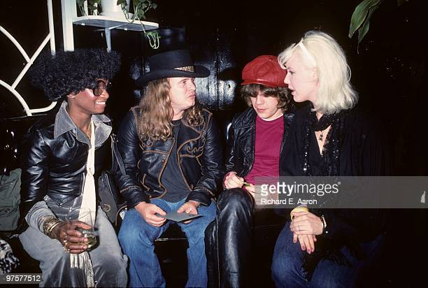 Ronnie Van Zant from Lynyrd Skynyrd posed with David Johansen and friends at a party for Lynyrd Skynyrd at Nathans in New York on October 23 1976